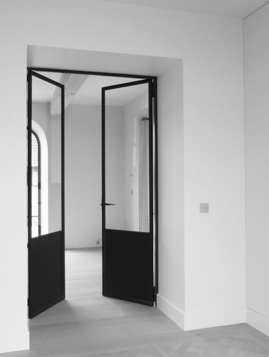 Stalen dubbel opendraaiende deur met vast onderpaneel