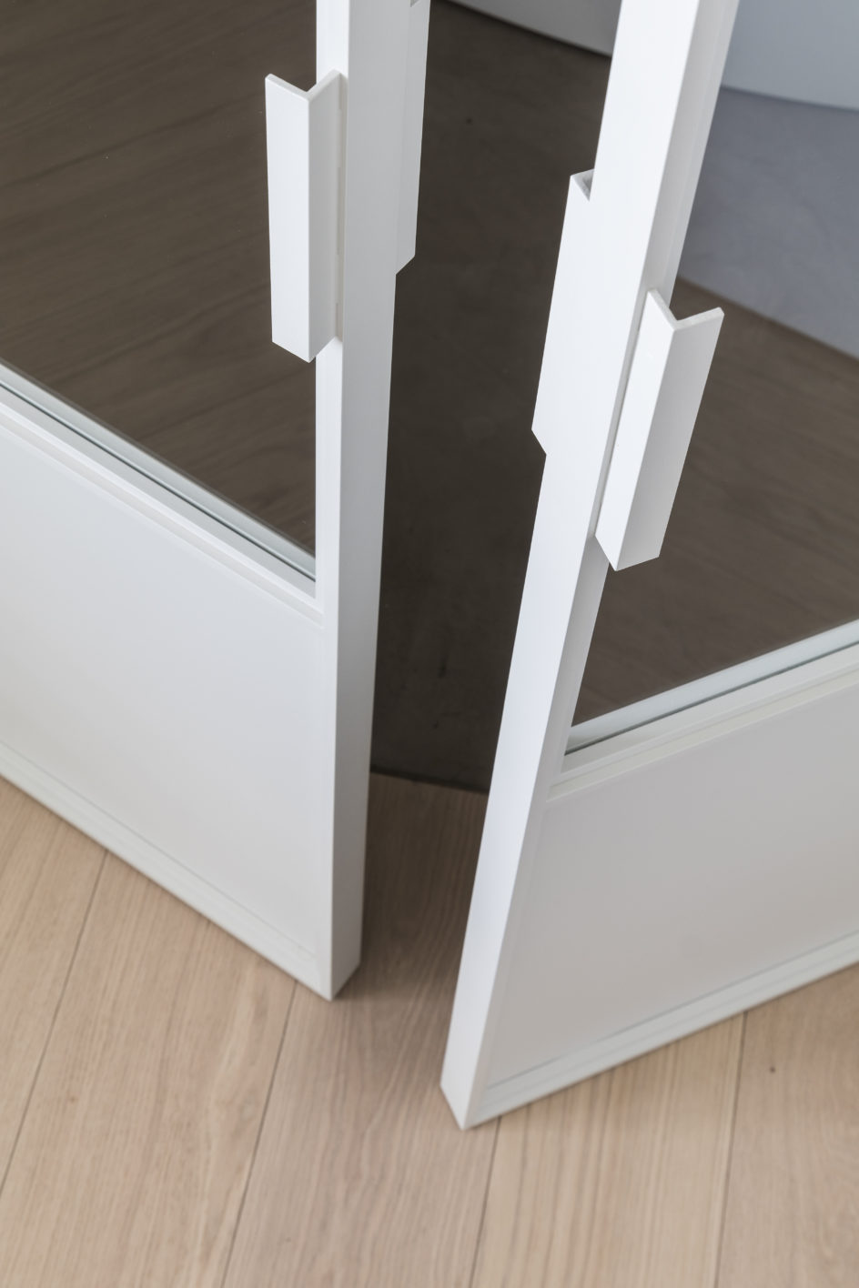 dubbel opendraaiende stalen deur, wit gelakt, ontwerp interieurarchitecte Marie Lecluyse