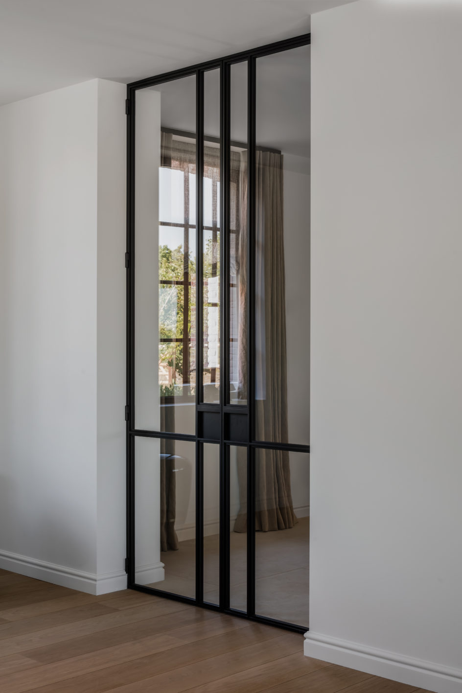 dubbel opendraaiende stalen deur, ontwerp Marie Lecluyse