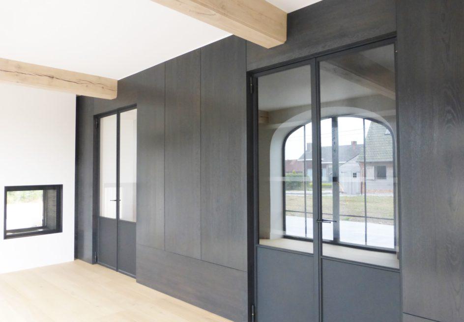 Stalen, dubbel opendraaiende deuren in kastenwand