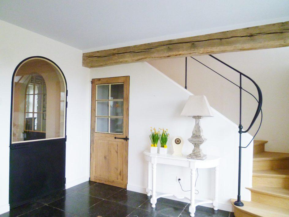 Trapleuning en gebogen binnendeur met vast onderpaneel